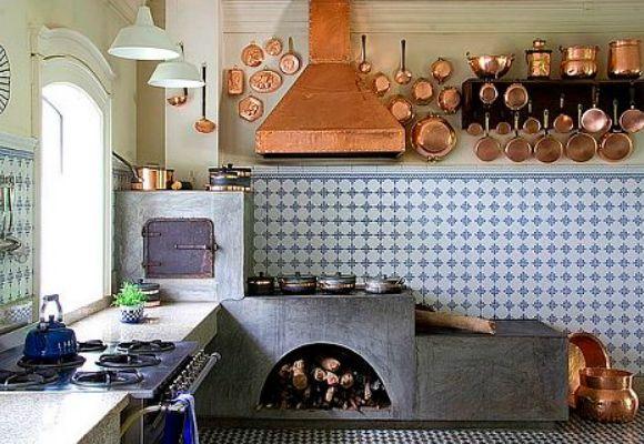 cozinha com forno e fogão a lenha