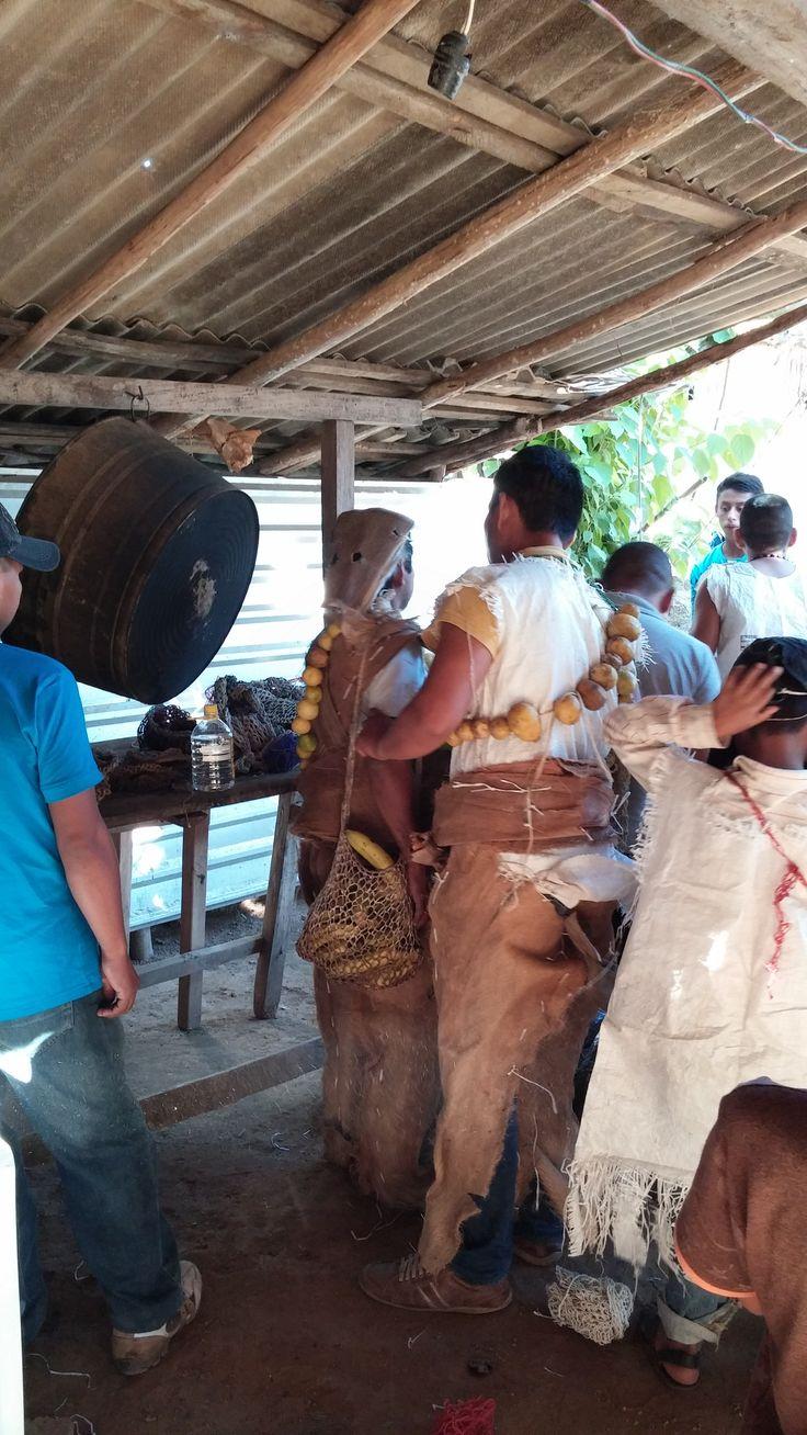 Preparación de la vestimenta de los Xayacates, en Ostula, indígenas Nahuas de la Costa Michoacana.