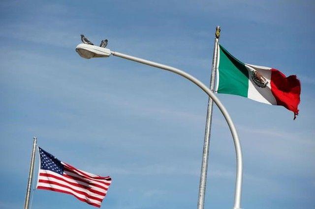 Salida de EEUU del TLCAN sufriría la inversión en México - Foto de archivo: La bandera de Estados Unidos (izquierda) y la bandera de México en el puente fronterizo internacional Paso del Norte entre El Paso, Estados Unidos, y Ciudad Juárez, México, 28 de diciembre del 2016. REUTERS/José Luis González CIUDAD DE MÉXICO (Reuters) – Si Estados Unidos d... - https://notiespartano.com/2018/02/23/salida-eeuu-del-tlcan-traeria-mas-inversion-mexico/
