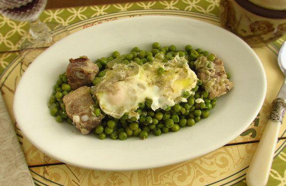 Ervilhas cozinhadas num refogado de azeite, cebola, alhos, pimenta, entrecosto e louro, servidas com ovos escalfados.