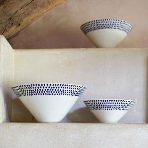 Saladier en céramique peinte main motif gouttes Indigo Nkuku