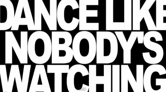 Hur vore det om vi alla vågade dansa som om ingen såg, men när som helst? http://blish.se/b7052b7f5f #dans #humor #flygplats #glädje