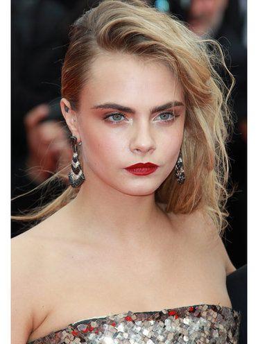 ELLE】赤リップで女っぷりを高めたハンサムメイク エル・オンライン カーラ・デルヴィーニュ(Cara Delevingne)