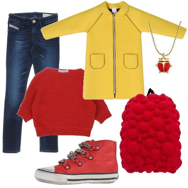 Un outfit dai colori decisi: jeans blu scuro a sigaretta abbinati ad un maglione rosso con manica a 3/4. Cappottino giallo in neoprene e sneakers alte con dettagli in metallo. Per concludere zainetto rosso e collana con coccinella.