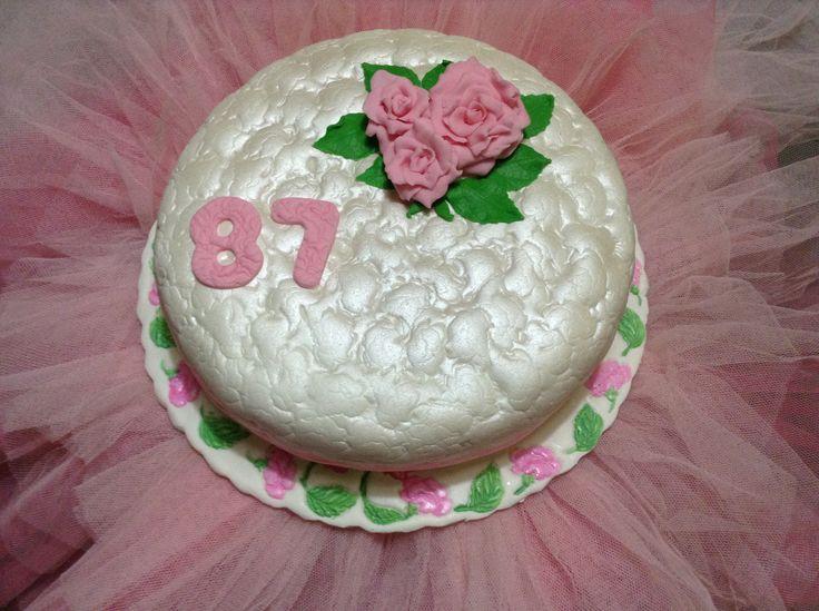 Para festejar 87 anos não pode ser de qualquer maneira.  Bolo com Rosas pintado e acolchoado.