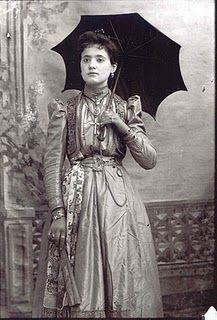 Γυναίκα της Κλεισούρας Καστοριάς, αρχές 20ου αιώνα. Φωτογραφία του Λεωνίδα Παπάζογλου.