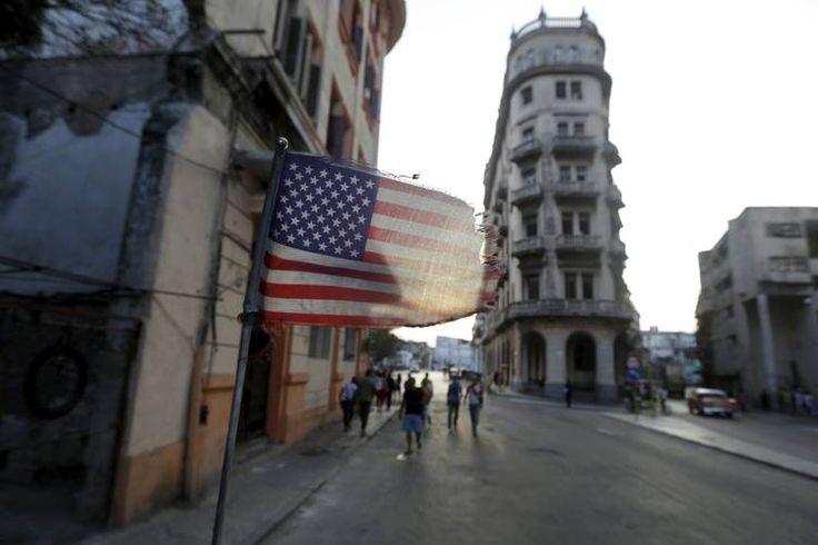 """2016   EE.UU. - CHINA Y CUBA - """"EE.UU. y China compiten por el mercado de Cuba"""" (THE WALL STREET JOURNAL, EN ESPAÑOL - 18 MAR 2016) Una bandera estadounidense en La Habana."""