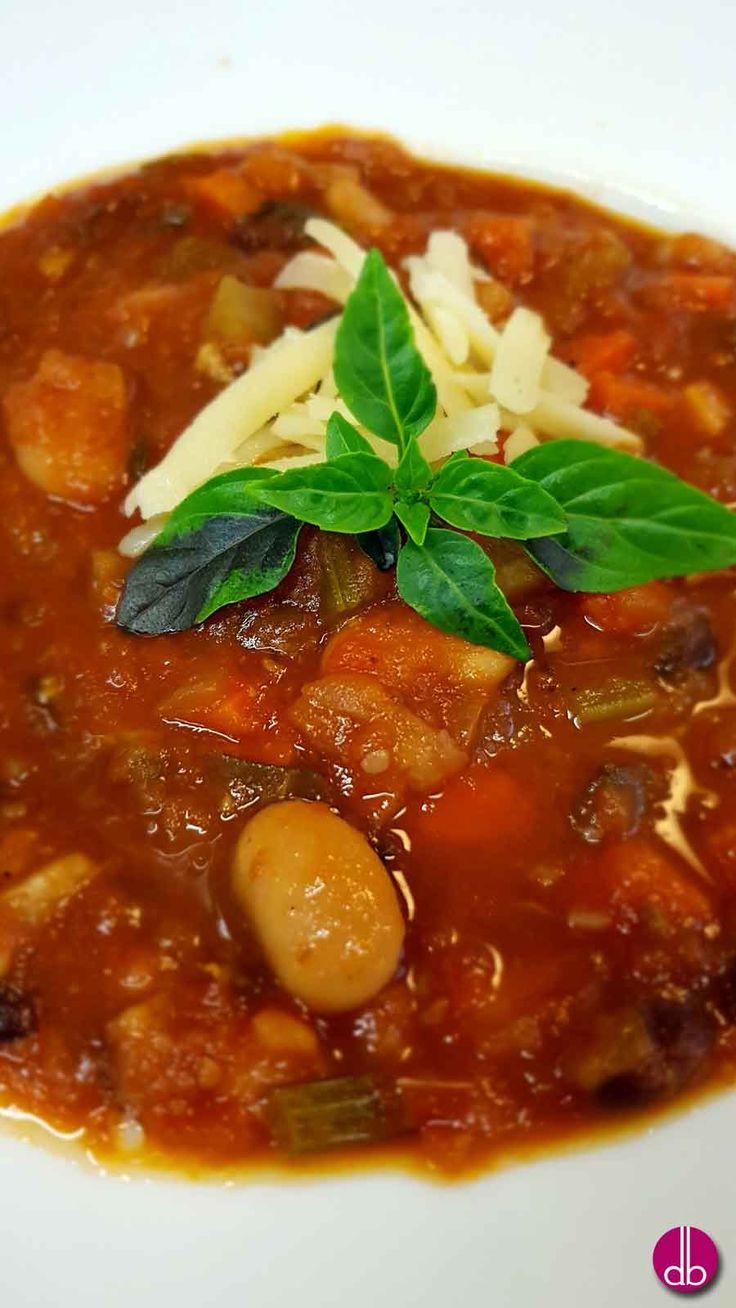 Toskanische Ribollita ist eine bäuerliche Gemüsesuppe gekocht aus Wurzelgemüse, Cannellini- und Schwarzen-Bohnen.