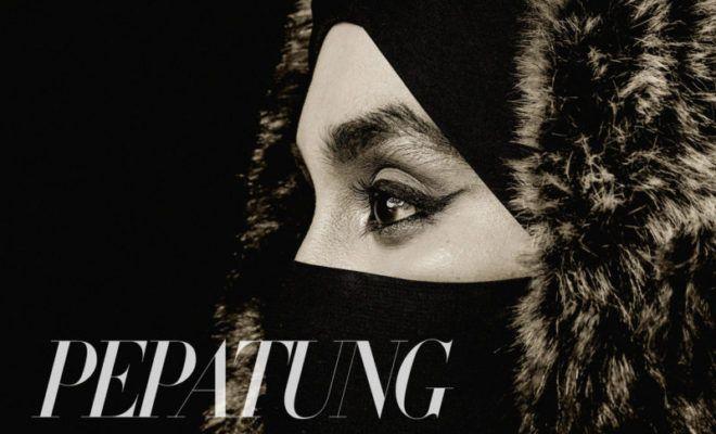 Niqab bukan budaya Arab ia milik semua wanita Islam  Natasha Hudson   ANGIN Ramadan membawakan kisah-kisah mulia untuk santapan rohani. Bulan keampunan bulan seribu berkat ini masanya untuk memperbetulkan khilaf dan menyingkap sinar daripada mereka yang kita gelar sebagai inspirasi.  Niqab bukan budaya Arab ia milik semua wanita Islam  Natasha Hudson  Ramadan ini Wajah Pepatung memotretkan wanita berpurdah sebagai cerita utama. Wajah jelitanya dulu pernah menjadi sebutan ramai. Bakat…