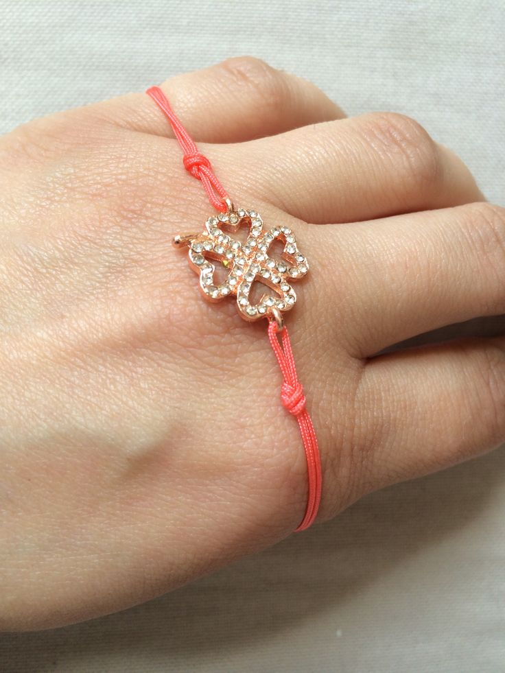 Four leaved clover pink gold w strass & coral macrame 10€