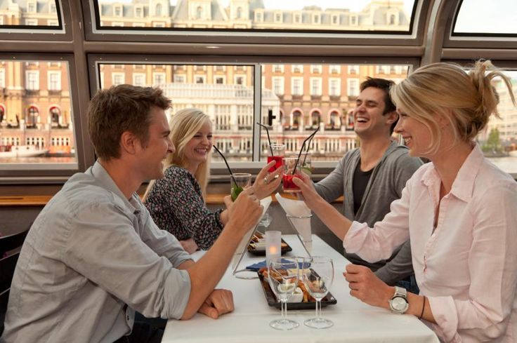 All the ingredients for a memorable evening out: your favourite cocktails, homemade snacks and a boat trip through the bustling city. Enjoy your cocktail while admiring the atmospheric illuminated canals with Tourboks!