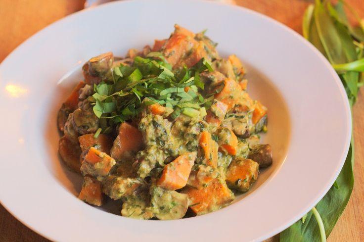 Pilze und Süßkartoffel in Bärlauchsoße Es ist wieder soweit, die Zeit für Bärlauch hat wieder begonnen. Ich liebe einfach diesen Geruch von Knoblauch, der zu so vielen Gerichten perfekt passt. Und …