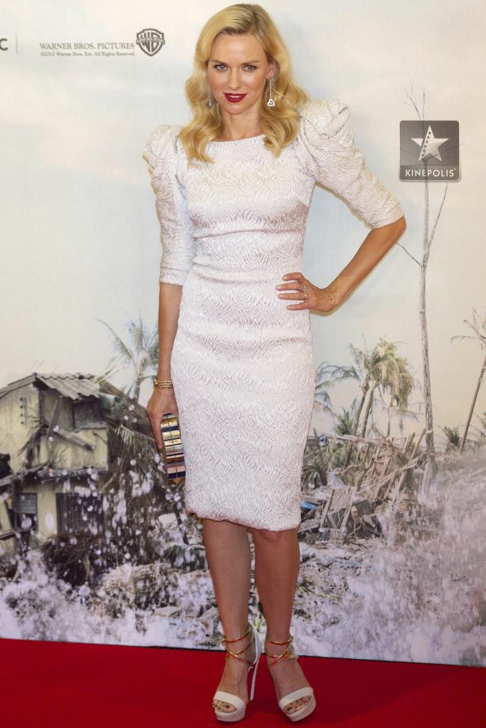 Naomi Watts  A 'The Impossible' című film madridi premierjére ebben a hófehér, puffos ujjú Marchesa ruhában érkezett, amelyhez Louis Vuitton clutch-ot, Chopard fülbevalót és Christian Louboutin 'Summerissima' szandált választott.forrás: instyle.hu