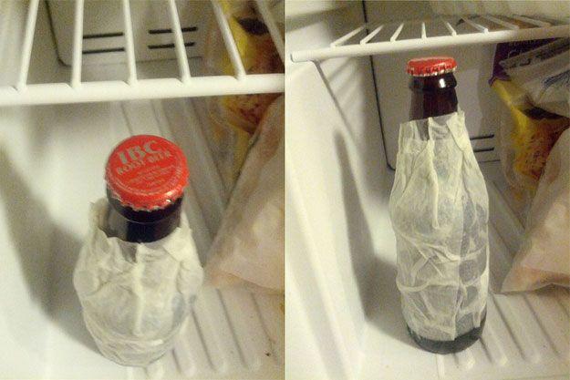 Sinon, pour faire refroidir une bouteille de verre plus rapidement, il suffit de coller une feuille de papier essuie-tout mouillée avant de le placer dans le congélateur quelques minutes