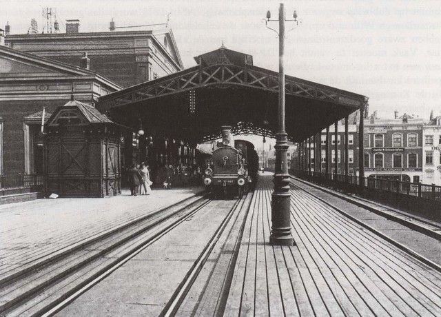 station Rotterdam Blaak stationsgebouw I (1910) middendeel met twee verdiepingen met fronton met uurwerk en versiering. Aan weerszijden een vleugel met gelijke bekroning in de eindgevels als in het middendeel