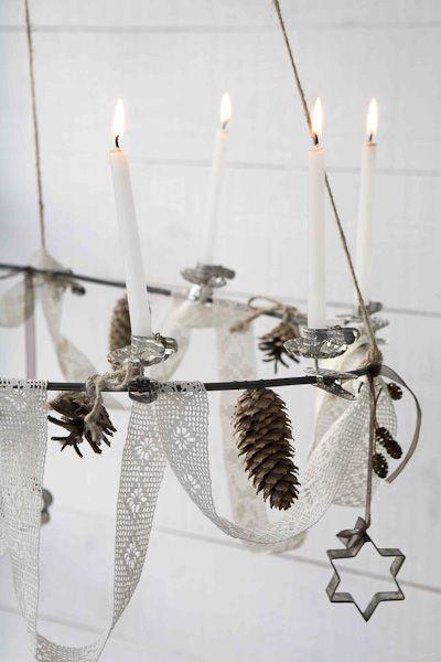 How fun!! A simple hoop, some lace, pinecones and cookie cutters and candles for this delightful christmas-light. Ta-da! En enkel ring, lite spets, några kottar, pepparkaksformar och stearingljus (kan bytas mot ljusslinga) så har man en takkrona.