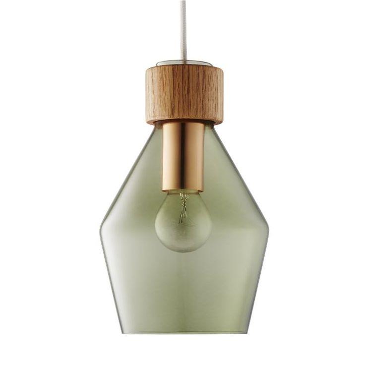 Lampeserien Vetro er designet av Rikke Frost, som har ønsket å utforske kontrastene mellom tre og farget glass. En kombinasjon som vi synes er både vakker og interessant. Lampene Vetro fås i flere ulike varianter, farget glass og tre - slik at du kan velge den som passer best i hjemmet ditt.