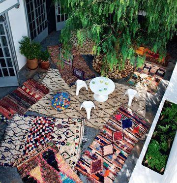 Réchauffez en donnant un look ethnique avec une accumulation de tapis hauts en couleurs.