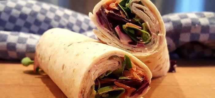 Deze wraps met rode kool, wortel, beenham en mosterd-dillesaus staan garant voor een heerlijke lunch. Hier vind je het snellerecept.