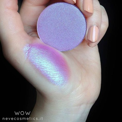 WOW Duochrome with a hot pink base and neon lavender interferences. It can be used alone or on top of other blushes and eyeshadows to create new show-stopping effects. How to order➡ www.nevecosmetics.it/en _____________________________________ WOW Duochrome rosa fucsia con interferenze color lavanda fluo. Da usare da solo o come topping su blush ed ombretti per stravolgerne i riflessi. Dove ordinare➡ www.nevecosmetics.it _____________________________________ #nevecosmetics...