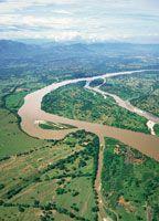 El Magdalena Medio o Yuma, el río amigo en lengua Karib, se extiende desde los raudales de Honda hasta la población de La Gloria en el departamento de Bolívar.