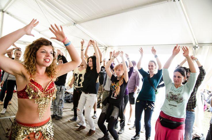 Zajęcia z tańca brzucha przyciągnęły wiele Woodstockowiczek! W tym roku Uniwersytet SWPS zaprasza na ZUMBĘ! :)