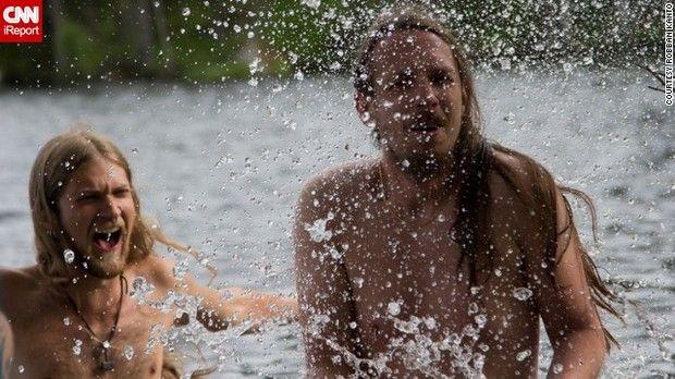 夏至の日の出を待ちきれずに裸で泳ぐスウェーデンの人々=ROBBAN KANTO氏提供 ▼21Jun2013CNN|夏至は男女の出会いの日? http://www.cnn.co.jp/photo/35033706.html #Midsummer #Summer_solstice #Solsticio_de_verano #Xiazhi #Geshi