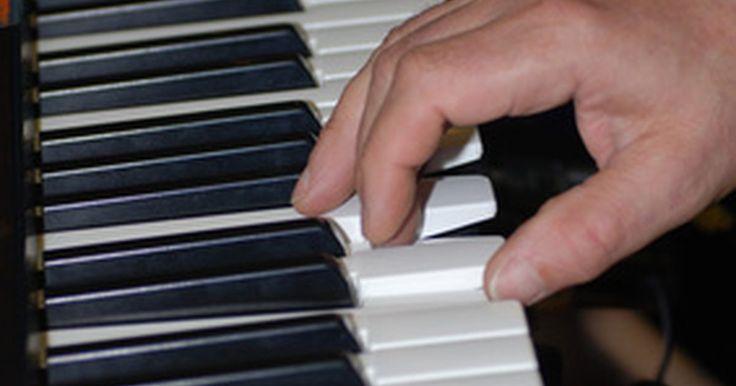 """Cómo transferir vía MIDI los sonidos por defecto de una computadora al teclado Korg M1. El Korg M1, lanzado en 1988, es una combinación de sintetizador con estación de trabajo para secuencias. Sus sonidos de alta calidad y su interfaz fácil de usar lo convirtieron en una elección popular tanto para los profesionales como para los aficionados. Los sonidos del M1 son infinitamente modificables, pero no poseen la opción de """"Restaurar ..."""