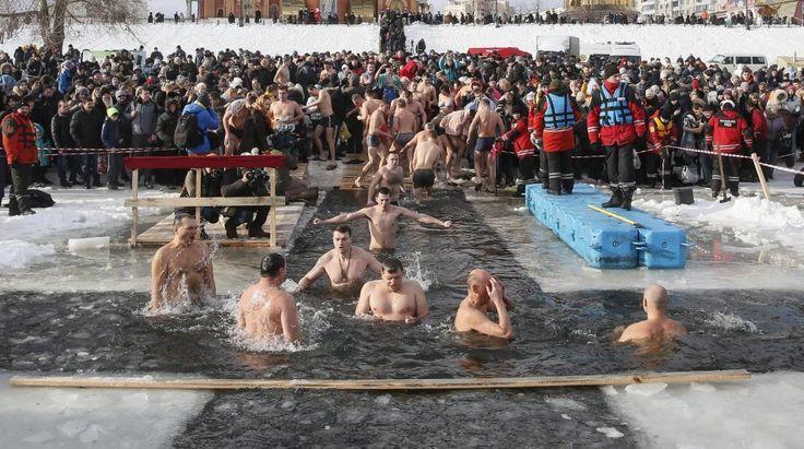 Il segno della croce prima di tuffarsi nell'acqua: in tutto il mondo si è celebrata l'Epifania ortodossa, una tradizione legata al battesimo di