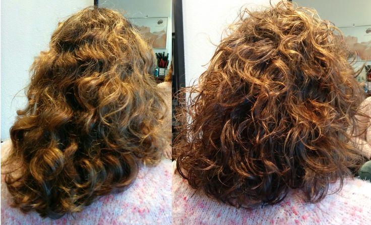 Voor en na krullenknippen. Krullen geknipt bij krullenkapper Haarstudio DUET & friends in Hengelo. Dit is natuurlijk krullend haar, geen permanent en NIET geknipt met de Curlsys knipmethode van Brian McLean, model is geknipt door allround hairstylist, krullenkapper Marjan van Haarstudio Duet & friends. Before after.