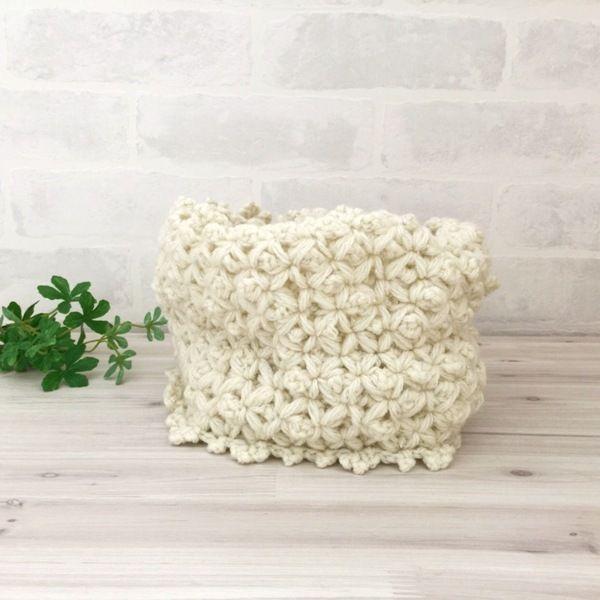 ラメ糸を使用したスヌードです。メビウス編みで編みました。小花柄で可愛く仕上がりました。2重巻にしてぴったりのサイズになっています。●カラー:ホワイトラメ●サイズ:全長112㎝、幅15㎝●素材:アクリル85%、毛15%●注意事項:1個ずつ、丁寧に編ませていただいていますが、毛糸のため毛玉がつくことがございます。また、使用後も毛玉が出ることがございますので、ご了承ください。洗濯時、塩素系洗剤はご使用いただけません。手洗いで中性洗剤の使用をお勧めします。アイロン使用時は低温での使用をお願い致します。●作家名:amiami♡358#ラメ糸 #メビウス編み #小花柄 #2重巻 #ふわふわ #柔らかい #暖かい #ファー #レディース #秋冬トレンド #もこもこ #防寒 #かわいい #大人可愛い #おしゃれ #ふんわり #ファッション #お洒落 #2way #ネックウォーマー #マフラー #スヌード #保温性抜群 #リングマフラー #ハンドメイドネックウォーマー  #ハンドメイド…
