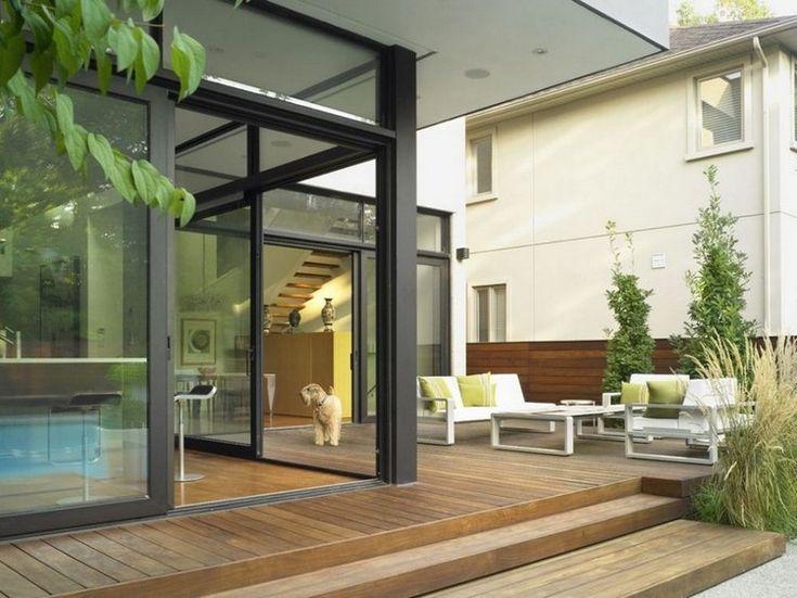 Moderne Terrassen Ideen Holzbodenbelag Weisse Moebel Ziergraeser Holz  Sichtschutzzaun
