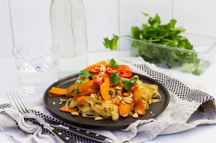Recept voor pittige wortellinten voor 4 personen. Met zout, olijfolie, peper, wortel, noedels, pinda's, knoflook, rode peper, honing, sojasaus en koriander