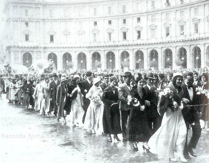 Coppie di Sposi sfilano durante la celebrazione dei matrimoni di massa per la campagna demografica a Piazza dell'Esedra Anno: 1930