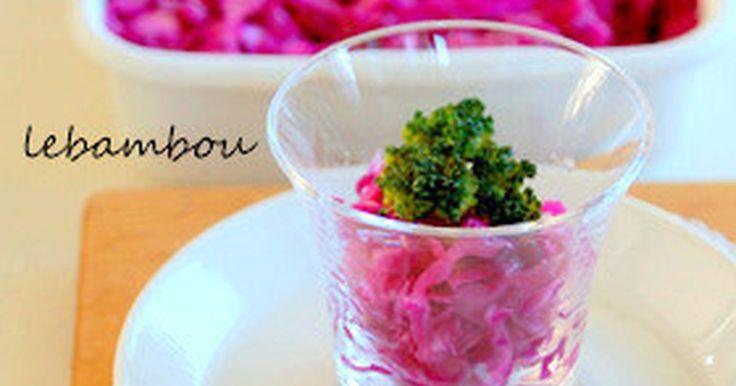 葉が厚くちょっと硬い紫キャベツはマリネすると食べやすくなります♪ 日持ちするので常備菜に、お弁当にもどうぞ。