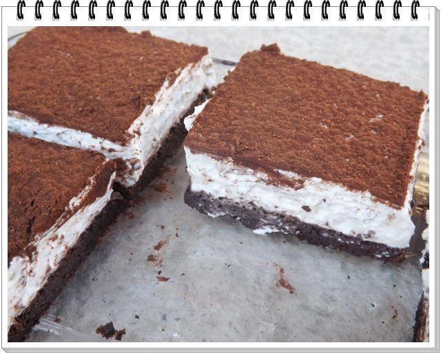 5 vajec 100g trstin. cukru 50g kakaa 500g krémový tvaroh 2 šľahačky 1 vanilkový cukor  2čl stévie kakao na posypanie