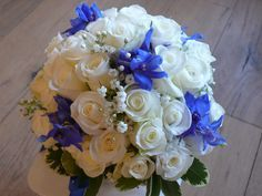 Un tocco di blu per il bouquet da sposa