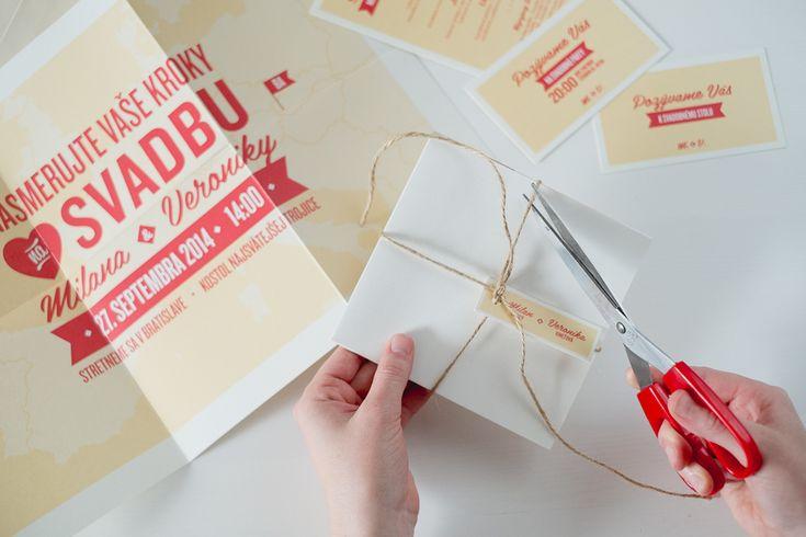 Naozaj netradičný formát svadobného oznámenia. Videli ste už pozvánku vo formáte A3? My nie. A preto sme vytvorili toto veľkoformátové oznámenie, ktorým určite prekvapíte všetkých hostí. Aby sa zmestilo do obálky je poskladané a uviazané poštovým motúzom. Stačí ho už len poslať.