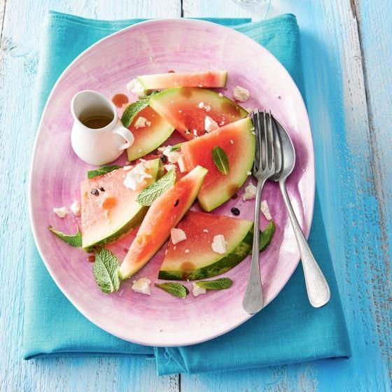 Watermeloen met feta en munt - Deze salade met watermeloen is lekker als bijgerecht of om mee te nemen naar een zomerse picknick. #watermeloen #zomers #recept #JumboSupermarkten