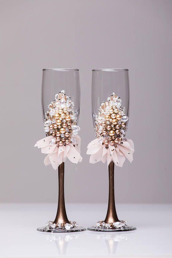 boda personalizada flautas, flautas de boda boda champagne copas flautas de tostado, Champaña flautas tostado flautas de champán de pesrl flautas  Para estas gafas de color: color marfil, pintura color durazno, blanco de diamantes de imitación de perlas ¡Todo totalmente hecho a mano! MEDIDAS: -Flautas champagne: altura - 9 pulgadas (22 sm). Volumen, 170ml (6,1 oz)  Copas de champagne personalizados pueden crearse para caber sus necesidades. Tus colores de boda se pueden utilizar para este…
