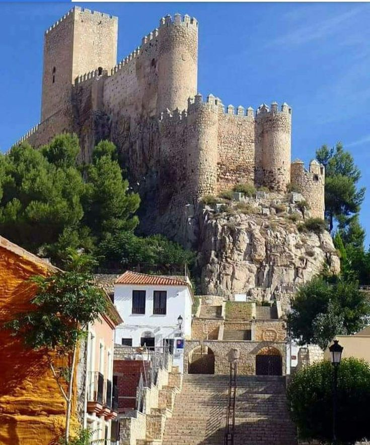 CASTLES OF SPAIN - In Almansa, on a high rocky, is the Catle of Almansa, province of Albacete. Almohad (Berber) origin, the castle of Almansa was reconquered by Jaime I and given to the Knights of the Order of the Temple. In 1707 the castle was witness to the Battle of Almansa between the troops of FelipeV and the Archduke Carlos in the war of Spanish succession, leaving everything in the hands of the Bourbons, where settle down the first rules of what would later become his kingdom.
