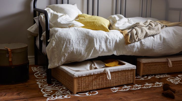 籐で編んだベッド下収納2つに綿のカバーがついているのでホコリを寄せ付けません。