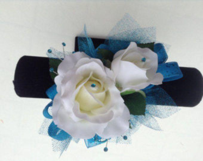 Ramillete de la muñeca y ramo de rosas blancas y recortadas en azul Caribe