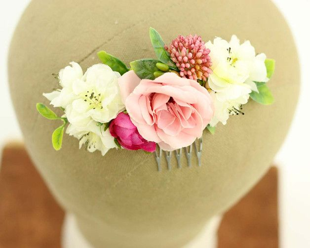 Ein romantischer und eleganter Haarkamm mit wundrschönen Blüten.