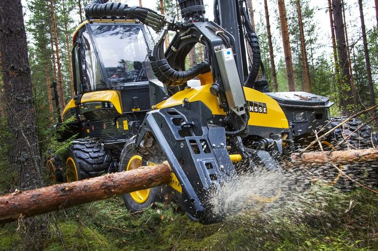 Ponsse Ergo 8-wheeler: hydraulic chainsaw arm slices through tree trunks like they're butter