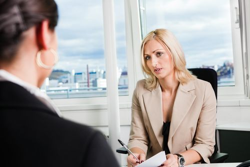 Im Lohngespräch bringen Chefs gerne die ein oder andere Killerphrase vor, um die Verhandlung möglichst schnell zu beenden. Wir zeigen, wie Sie darauf reagieren..