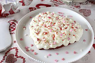 idolciditatam La Torta cuore di San Valentino è una dolcezza tutta da gustare: un cuore rosso, ricoperto da una bianca glassa, croccante fuori e morbida e cremosa dentro. Stupite la vostra dolce metà