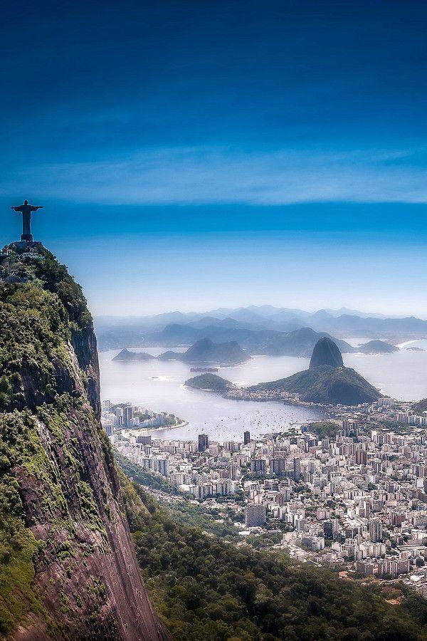 Rio de Janeiro - Estátua do Cristo Redentor e, ao fundo, o Pão de Açúcar, Brasil