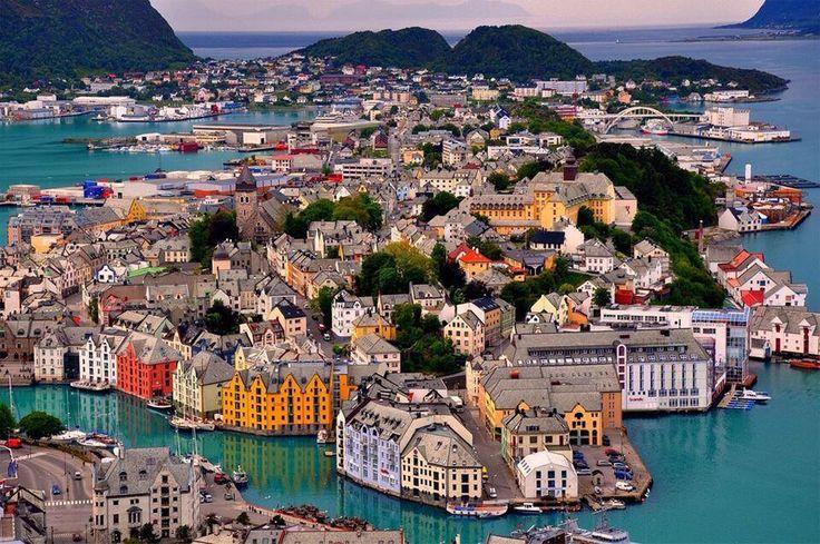 Esta es la colorida y animada ciudad de Ålesund.  La ciudad de Ålesund es conocida por su arquitectura al estilo Art Nouveau (modernista), sus fiordos y las elevadas cumbres de los Alpes de Sunnmøre.  #Noruega #viajes #turismo #visitnorway