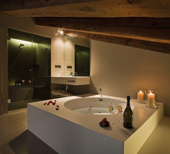 Increíblemente romántica habitación con bañera redonda en la misma